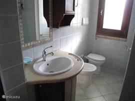 Er zijn 2 badkamers aanwezig zodat men niet eindeloos op elkaar hoeft te wachten. Wel zo makkelijk.