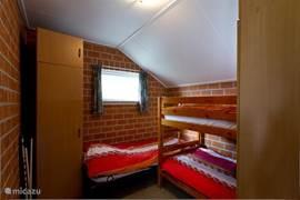 Slaapkamer met stapelbed en een 1 persoons bed, het stapelbed kan op verzoek veranderd worden in 2 eenpersoons bedden.