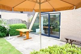 De achtertuin ligt op het zuiden en beschikt over een heerlijk terras. Zes tuinstoelen, een picknicktafel en een parasol zijn aanwezig.
