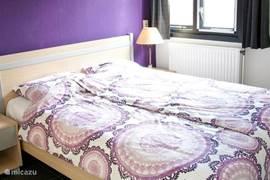 De hoofdslaapkamer is uitgerust met een goed bed met twee eenpersoonsmatrassen en -dekbedden. Bedlinnen tegen vergoeding te huur.