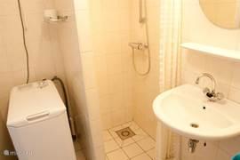 In de badkamer vindt u toilet, douche, wastafel en wasmachine.