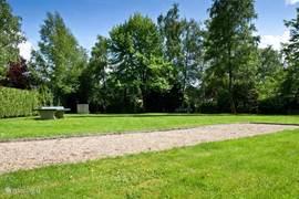 Op 50 meter van het vakantiehuis ligt een groot speelveld. Tafeltennissen, korfballen, voetballen of jeu-de-boulen behoren tot de mogelijkheden.