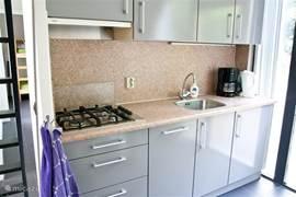 De keuken is voorzien van vier gaspitten, een koffiezetapparaat, een waterkoker en een combi magnetron. Bovendien heeft u een vaatwasser tot uw beschikking.