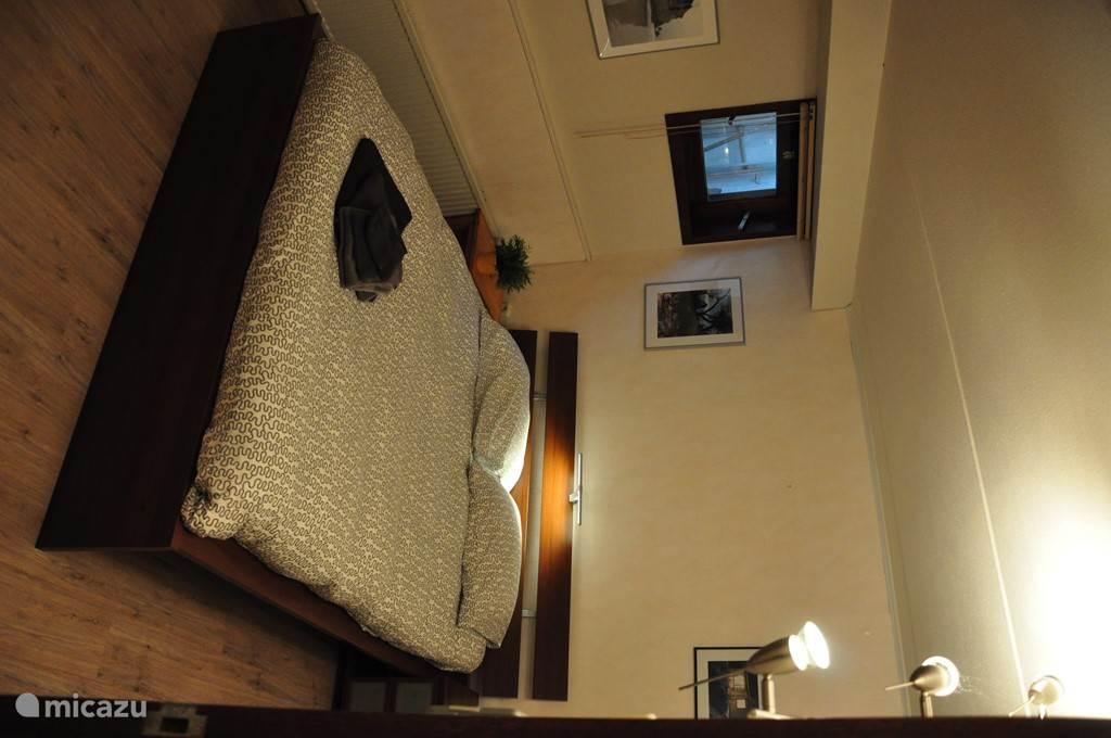 De tweepersoonsslaapkamer in het souterrain, met hor en luxaflex. De slaapkamer bevat een goed 2 persoonsbed van 160x200, en een ladenkast.