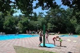 Het buitenzwembad met peuterbad. Op slechts een 2 minuten lopen en voor gasten van het kokkennest vrij toegankelijk.