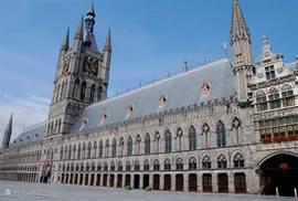 Iepers belfort en hallen heropgebouwd na W0 1 en in 1960 ingehuldigd door koning Boudewijn.