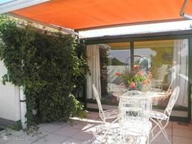 leuk terrasje aan de zuidkant van de woning met zonnetent