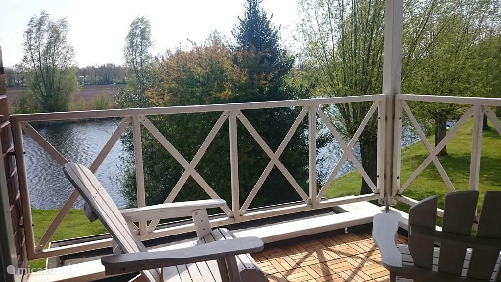balkon met luie ligstoelen voor een gezellige avond. Tevens een heerlijke plek om te zitten bij warm weer.