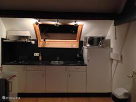kitchenette 2 pers. appartement met 4 pits gasfornuis, koelkast met vriesvak, oven/grill/magnetron combi, senseo koffieapparaat