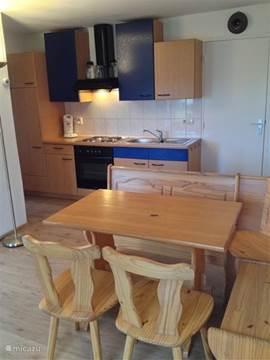 keuken 4 pers. appartement met 4 pits elektrisch fornuis, oven, grote koelkast met apart vriesgedeelte, senseo koffie apparaat, magnetron