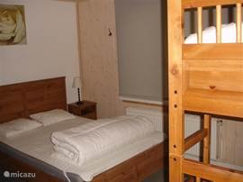 slaapkamer links met 1 dubbelbed en 1 stapelbed