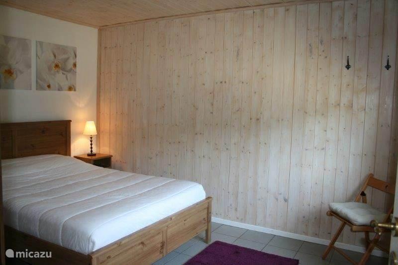 slaapkamer rechts met een dubbelbed