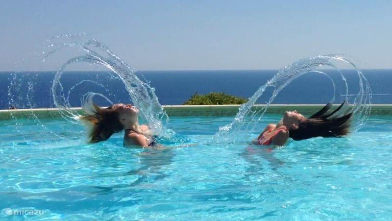 Zwembad met rondom zeezicht