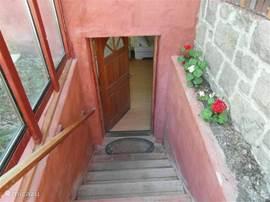 Eigen opgang via trap naar het appartement