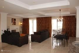 De woonkamer, ingericht met handgemaakte traditioneel Ottomaanse meubelen