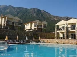 Emerald Villa's met op de achtergrond de Babadag, bekend onder menig paraglider