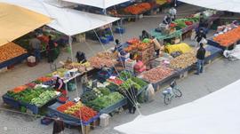 De wekelijkse markt in Fethiye, druk bezocht met alle indenkbare groenten en fruit