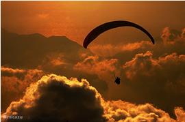 Paragliden, één van de vele avontuurlijke activiteiten in de omgeving