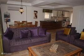 Woonkamer met traditionele handgemaakte Ottomaanse meubelen