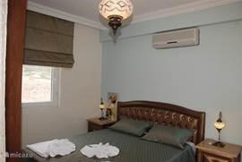Slaapkamer met tweepersoonsbed inclusief badkamer en balkon