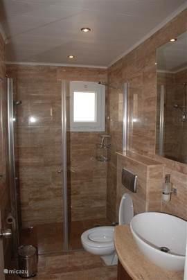 Twee één persoonsbeden met badkamer en balkon