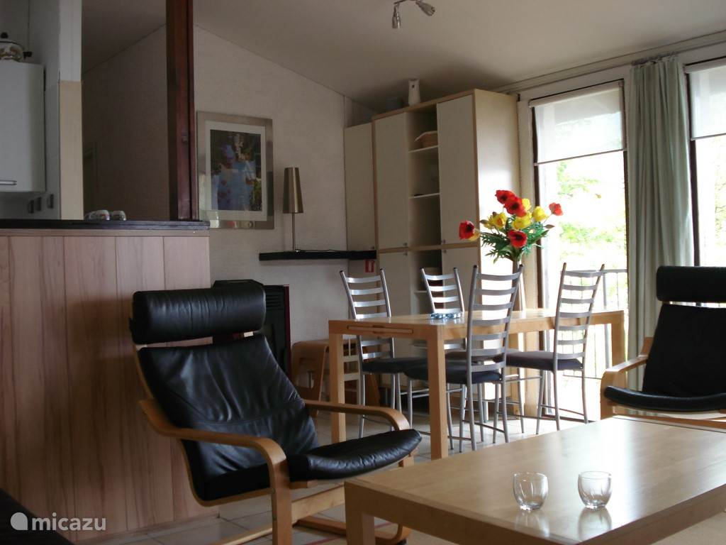 De woon- eetkamer met mooi uitzicht op het Gardameer.
