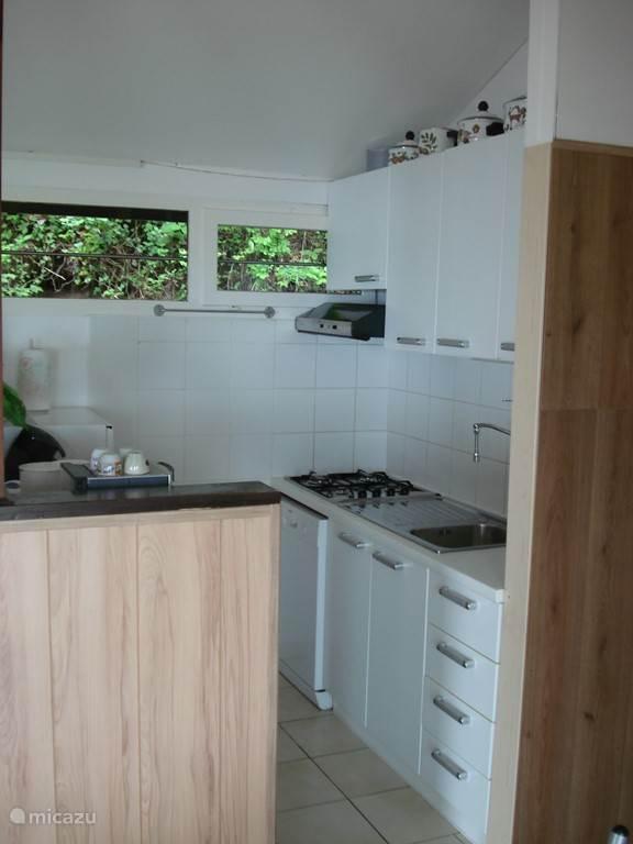 De keuken met alle benodigdheden zoals bijv. een koel/diepvriescombinatie, een vierpits gasfornuis en een afwasmachine.