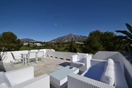 uitzicht vanaf het grote terras over de golfbaan en de berg La Concha