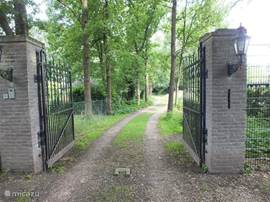 "WELCOME WELCOME !!! All privacy behind the gate, but still close to everything. You step out of the gate forest / nature reserve ""De Maashorst"" for hiking, cycling, mountain biking and play. Pool / camping / bungalow, restaurants / bar within walking distance."
