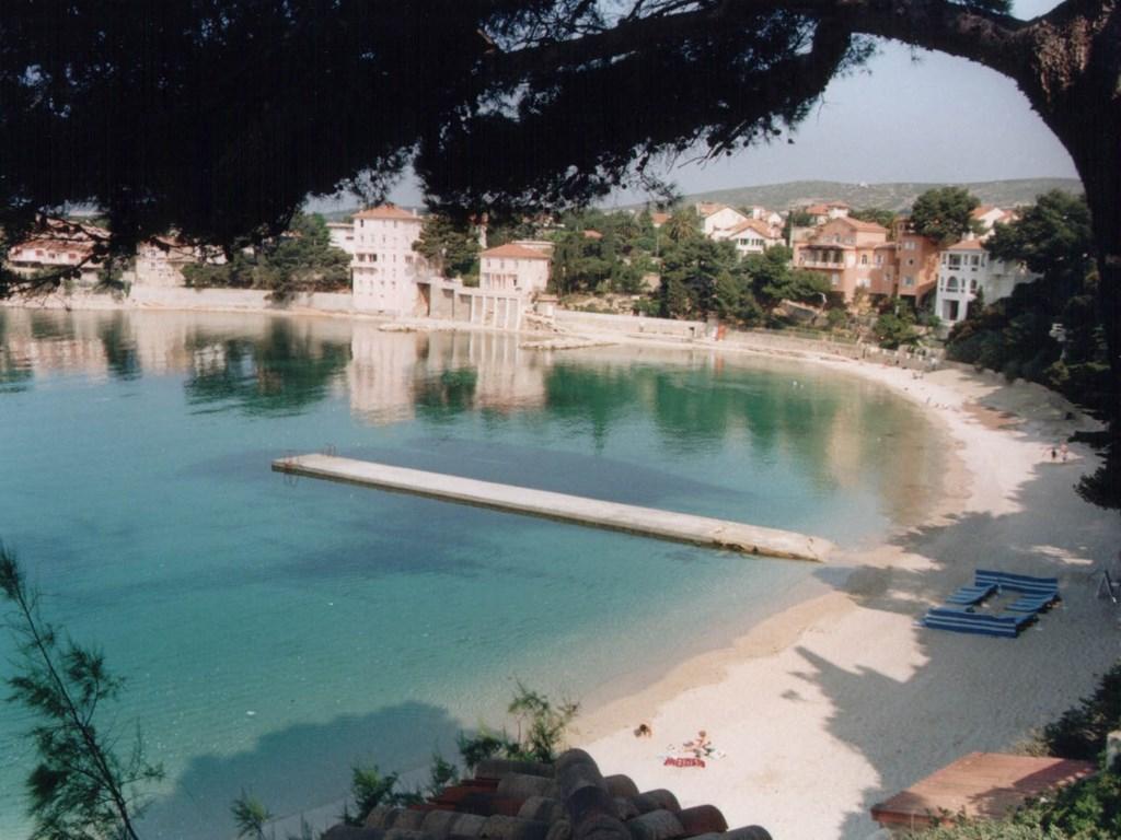 Volgens eerdere gasten: Ideale ligging, want wel aan de Cote d'Azur maar rustig, en op loopafstand van dorpscentrum en dit zandstrand.