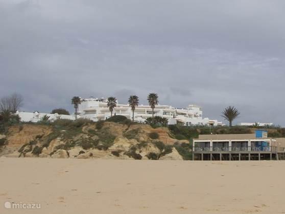 Aanblik appartementen vanaf het strand