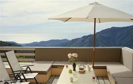Vanaf het ruime balkon (6 meter boven terrastuin) met grote eettafel, ligbedden en royale loungehoek heeft u dit panoramisch zicht op de zee.  Italiaanse Bloemen Riviera, Liguria.