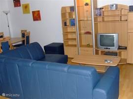 Prima woonkomer, Canal Digital met Nederlandse zenders, DVD speler aanwezig. Vanuit de woonkamer loopt u zo het zonnige balkon op.