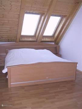 De ouderslaapkamer met het ruime 2 persoonsbed