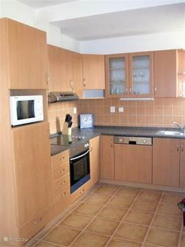 De ruime en complete keuken