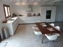 De ruime living met eethoek en luxe Bulthaupkeuken