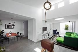Open leefruimte met toegang tot de verborgen ruimtes in het huis