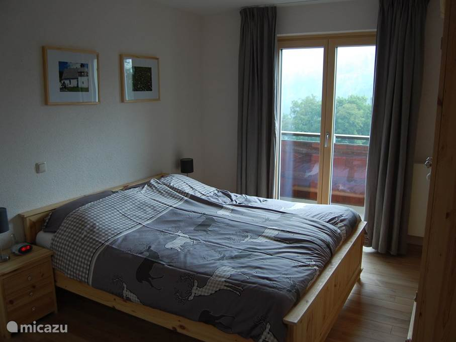 The bedroom (12m2) has a comfortable bed (2x 1 double mattress), 2 bedside tables and a wardrobe (see separate picture). From the bedroom a beautiful view and direct access to the balcony.