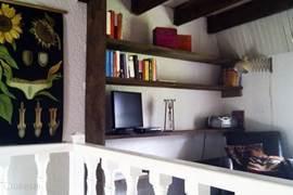 Vide met twee leren fauteuils, met tv/dvd, radio met cd speler, spelletjes glossy's, toeristische informatie etc. met openslaande ramen met trap naar de tuin toe.