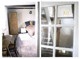Slaapkamer eerste verdieping en deur naar de trap richting tweede slaapkamer.