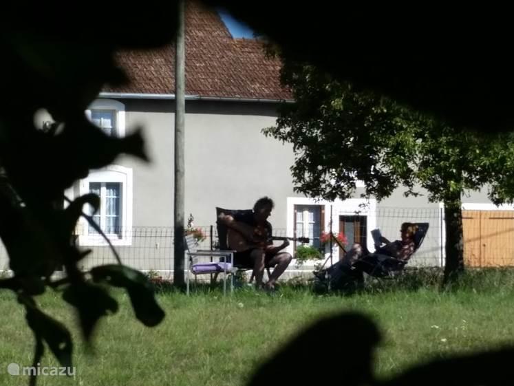 gasten vermaken zich in de tuin.
