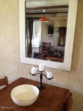 huiskamer met doorkijkje naar de keuken via de spiegel..
