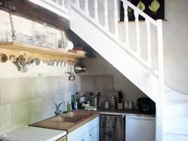 Charmante keuken met percolator, koffiezetapparaat, broodrooster, gasfornuis, oven, koel/vriescombinatie, etc. van alle gemakken voorzien, met openslaande ramen naar de binnenplaats.