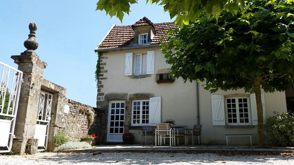 Heerlijk vakantiehuis voor 2 tot 4 personen, met ommuurde court en halve hectare glooiende tuin.