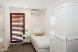 Met naast de master bedroom vier ruime eenpersoonskamers is de woning flexibel in te delen.