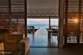 Ook vanuit de woonkamer geniet u van het prachtige uitzicht op zee.