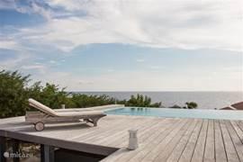 Pooldeck en zwembad met fantastisch uitzicht op zee.