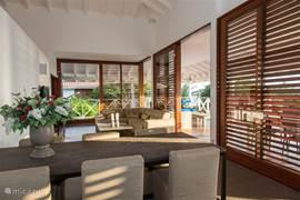 Heerlijk lichte en open woonkamer met luxe eethoek en ruime zithoek.