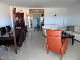 Wie alles in der Wohnung ist das Wohnzimmer geräumig und luxuriös.