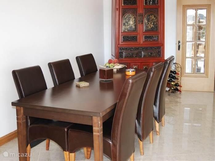 Großer Esstisch mit sechs bequemen Stühlen.